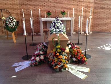 begravningsblomma på kistan